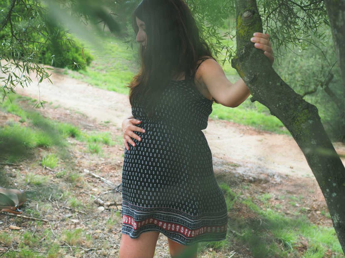 fotografia embarazada en arbol